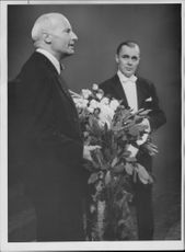 Dr. Ivar Andersson thanks to Sixten Ehrling after his 20 years at the opera.
