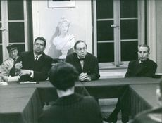 A photo of Jean-Noël Jeanneney in the conference table with his colleagues.