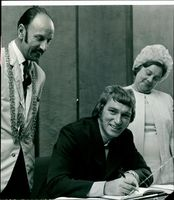 Frank Ifield and Mr.Don Pratt with Lady Mayorees.