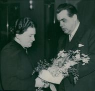 Gosta Wennström surrender flowers to Gerda Lundblad at Norrköping theater's 40th anniversary.