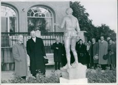 "The sculpture ""The young Linné"" is unveiled at Waldermarsudde by King Gustaf VI Adolf"