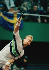 Thomas Johansson is serving the ball during the Davis Cup.