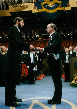 Porträtt Russel A. Hulse, Nobel Prize winner in Physics receives his award by King Carl Gustaf.