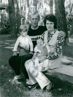 A portrait of Gösta Pettersson with his wife Britt and children Carlo Andreo and Sofie.