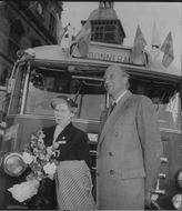 Countess Maria Bernadotte and Major Frykman on arrival at Helsingør with the Bernadotte buses.