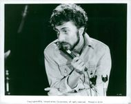 Dustin Hoffman in his gesture of comedian and satirist Lenny Bruce.