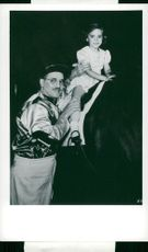 Groucho Marx helps her daughter to try to ride