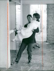 Sacha Distel carrying his wife.