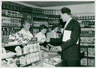 """Exercise store in Mariekällsskolan. Here, the children of the Swedish children sell a bag of bullies to the education council Börje Beskow in the """"department store"""""""