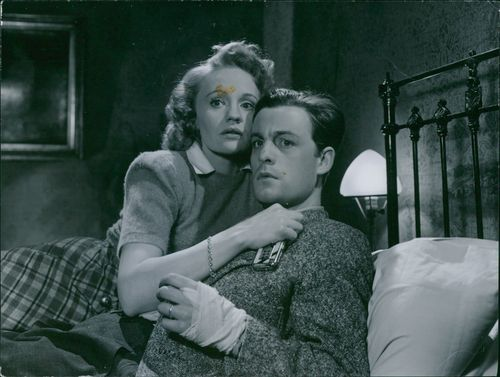 """Gunn Wållgren with Alf Kjellin during a scene in film """"A Woman Without Face"""", 1947."""