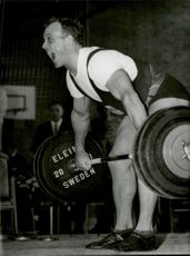 Ingvar Asp screams while lifting in an unknown contest