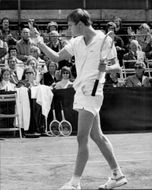 Buster Mottram gives his opponent Colin Dowdeswell v-sign after winning the Coca-Cola British Hard Court Championship 1975