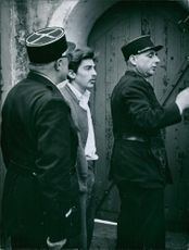 1960 The murderer Georges Rapin Policemen standing with a prisoner standing in front of a door.