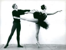 """Mariane Orlando and Caj Selling dance out of """"Svansjön"""" in the """"History of the Ballet"""""""