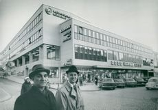 "The department store's initiator, Director Ivar Söderqvist, together with the business manager Rolf Gard in front of the new ""farmhouse"" in Östersund"