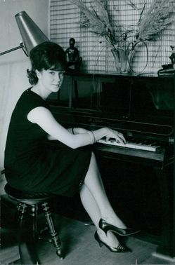 Alice Dona is playing the piano.