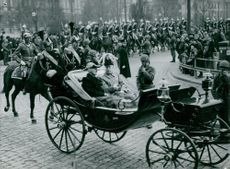 King Håkon VII of Norway and King Gustaf VI Adolf go to the King's Cross through the center of Stockholm