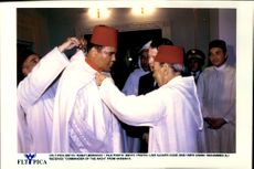 """Muhammad Ali receives the award """"Commander of the Arch"""" from Hassan II."""