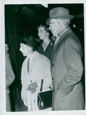 King Gustaf Adolf and Queen Louise together with Princess Margaretha at Victora Station