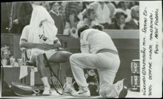 Stefan Edberg falls under the towel over the loss against Boris Becker in the Davis Cup