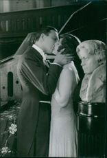 In the film Säg det i toner, Håkan Westergren kisses Stina Berg , 1929 .