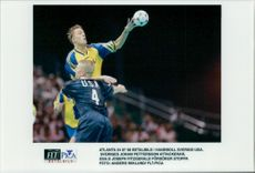 OS Handball Sweden - USA: Sweden's Johan Pettersson attacks, US Joseph Fitzgerald tries to stop