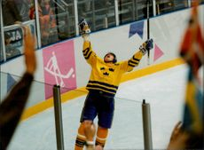 OS in Lillehammer. Ice Hockey Finals Sweden - Canada. Peter Forsberg cheered