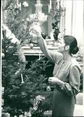 Queen Silvia dresses the Christmas tree