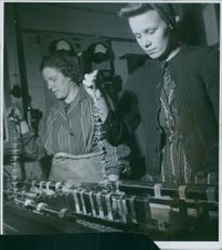 Swedish aid to Norway during the German occupation. Women are dipping needles and making crafts. 1942