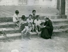 Hélder Câmara smiling with the kids, 1970.