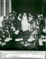 From the wedding between Furst Rainier III of Monaco and Grace Kelly. The bridal couple leaves the cathedral after the wedding