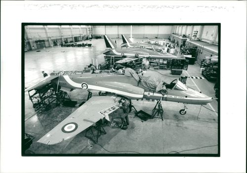 Red arrows aircraft: hawks on winter servicing.