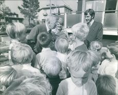 King Gustaf V standing with children and talking.