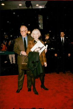 """Actor Paul Newman with his wife Joanne Woodward on the red carpet at the premiere of the movie """"Twilight"""""""