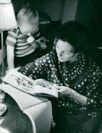 Swedish actress Barbro Hiort of Ornäs reads books for the 3-year-old son Truls at home on old Strandvägsvåningen.