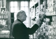 Georges Bidault at a grocery store.  - Dec 1964