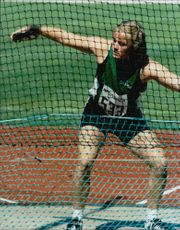 Anna Söderberg throws discus.