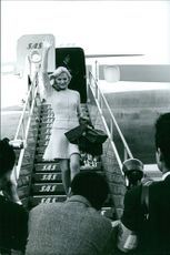 A beauty queen waiving after take off in Japan.