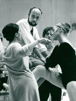 The actor ballet director James Moore listens to his dancers, cf. premiäransösen Yvonne Brosset, soloist Walter Bourke and soloist Maria Lang
