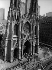 People entering in Saint Patrick's Cathedral to see Robert F. Kennedy's body.