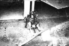 Two Congo soldiers aiming at their captives.