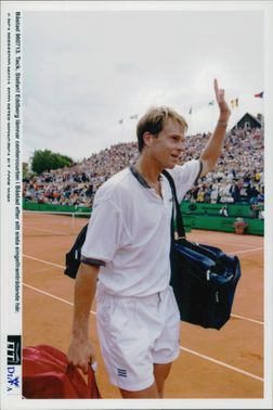 Stefan Edberg leaves the centercourse after his last single performance.