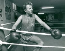 The actor Per Ragnar with boxing gloves in the boxing pot in Hammarby IF's boxing room