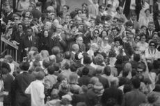 Pope Paul VI surrounded with people.
