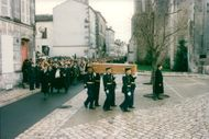 The expired president François Mitterrand's chest is being brought into the church