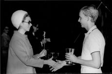 Tennis player Leif Johansson receives a cup of princess Christina