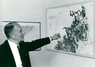 Gunnar Hedlund, Center Party Leader, in front of a map of the Norwegian forests