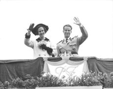 Fabiola and Baudouin waving hand.