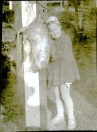 Jätterova of 6.6 kg beside the girl.