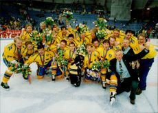 OS in Lillehammer. Ice Hockey Finals Sweden - Canada. Sweden's gold team in ice hockey